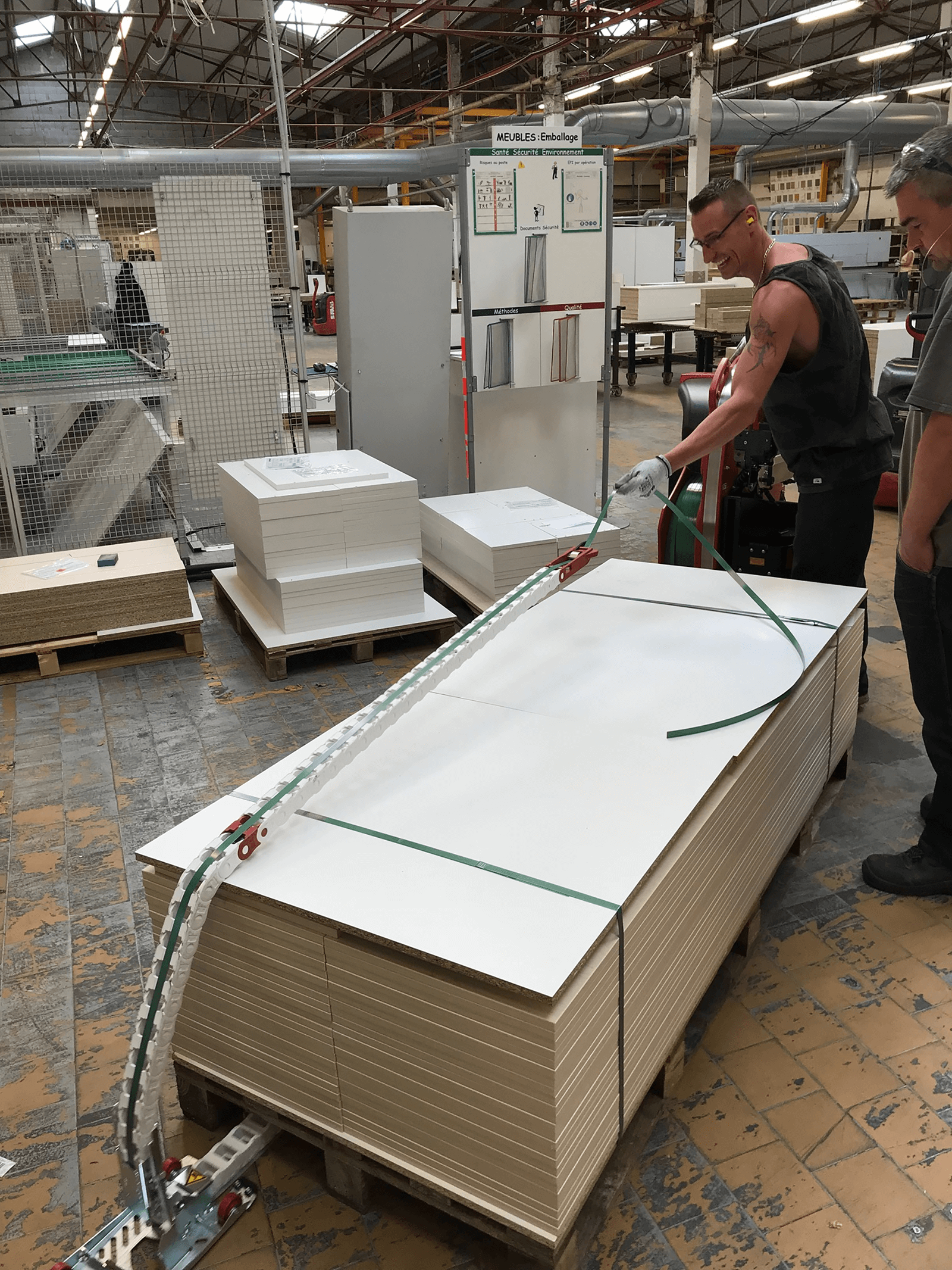 Cerclage de meubles chez Beneteau grâce à l'ErgoPack